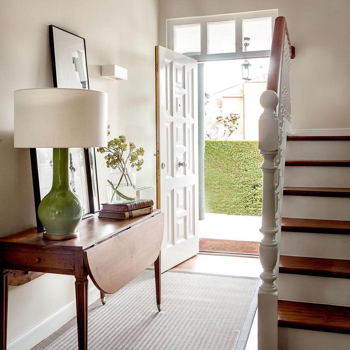 Pentru mai multă lumină naturală în hol, ușa de la intrare a fost refăcută, cu ochiuri de geam de jur împrejurul ei.