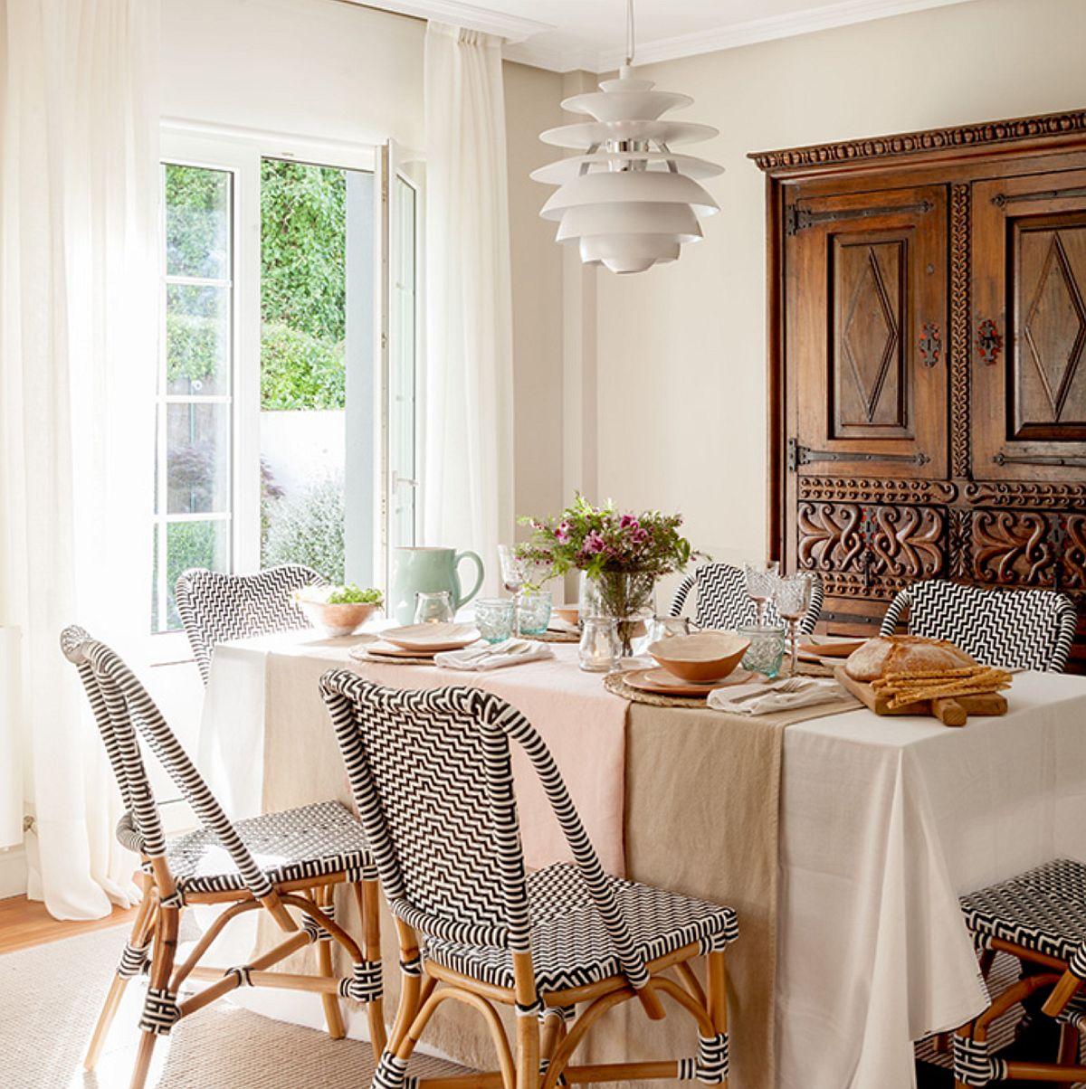 Pentru a conferi o notă lejeră, familiară și totodată actuală, designerul a prevăzut ca scaunele mesei de sufragerie să fie unele din gama mobilierului de grădină. Mai multe texturi din lemn, dar și o textură nouă, aceea a împletiturii în alb și negru.