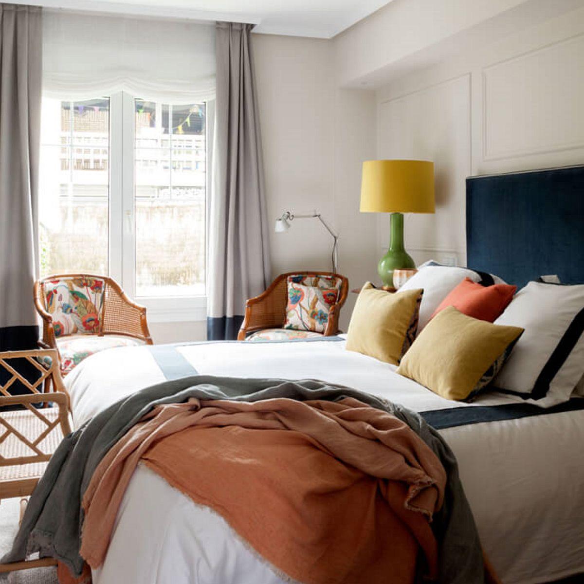 La etaj sunt dormitoarele, unde atmosfera este conferită de țesături, de la cele care îmbracă paturile la cele pentru ferestre.