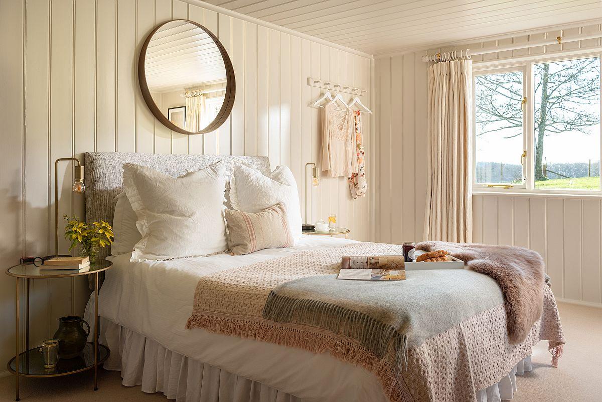 Al doilea dormitor matrimonial este abordat similar ca amenajare, cu patul orientat către ferestre. Câteva decorațiuni textile în nuanțe feminine schimbă atmosfera, chiar dacă finisajele sunt similare cu cele ale primului dormitor.
