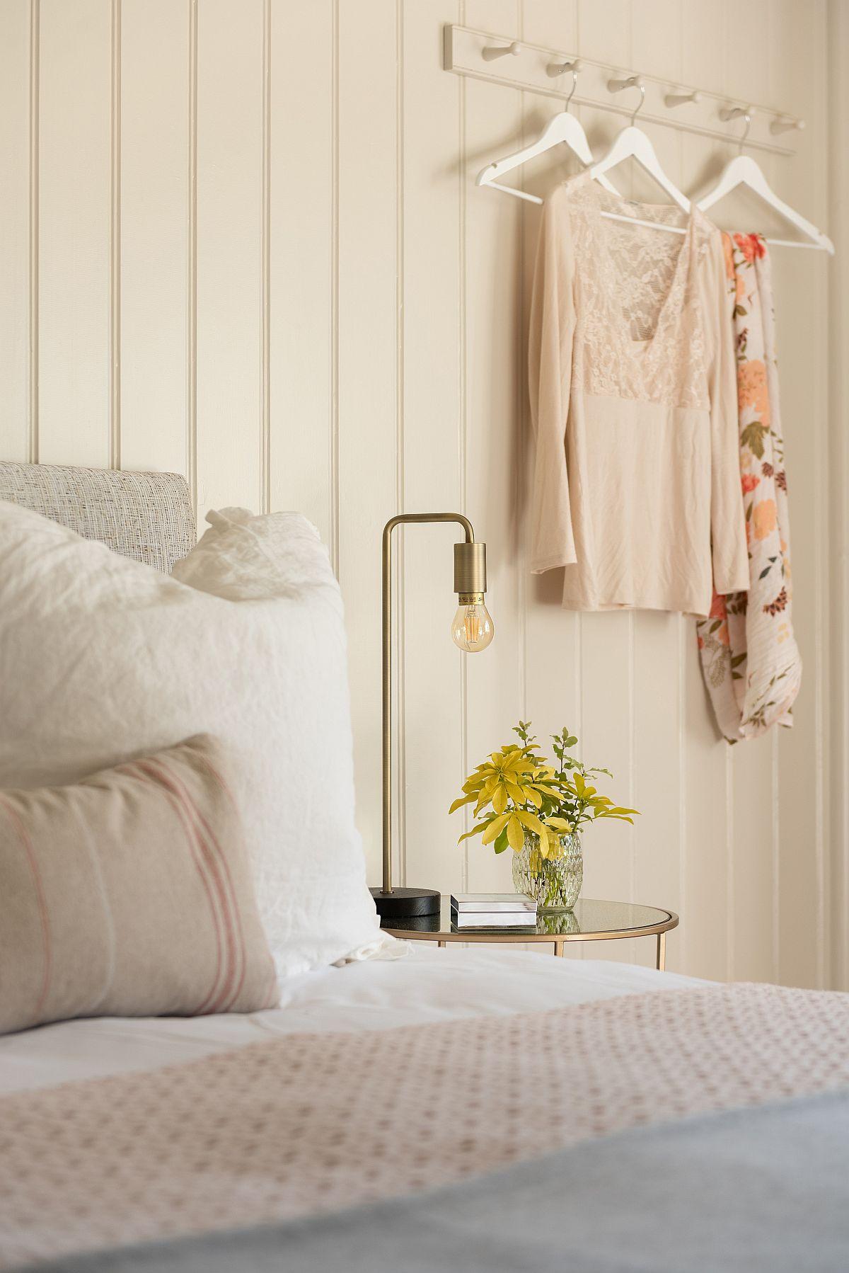 Un cuier în lateralul patului dă senzația de casă de vacanță, dar te ajută să ai lucrurile la îndemână (poate fi un halat de casă sau poșetă pe care n-ai cum să le pui pe noptiere).