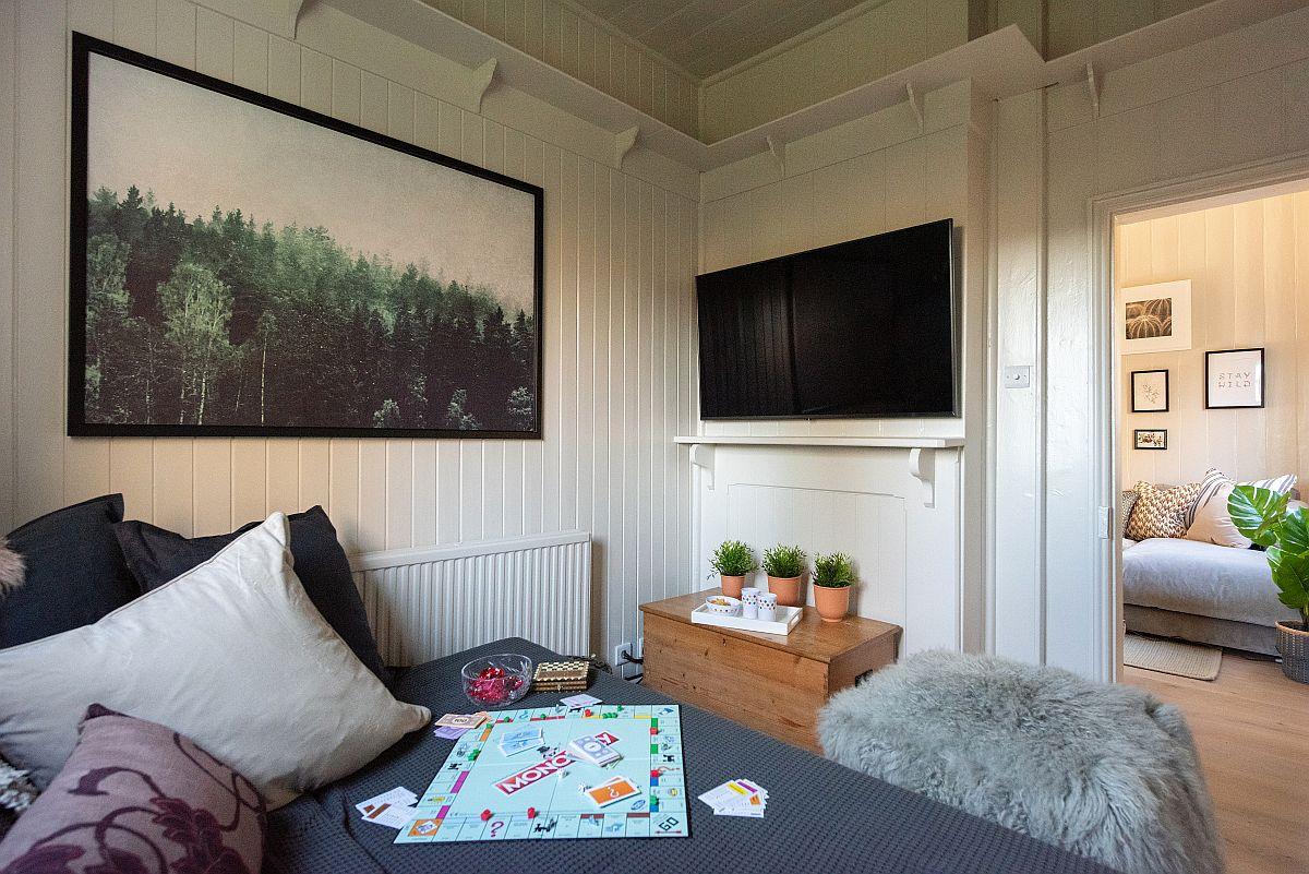 Din living se poate accede într-o mică încăpere destinată vizionării tv, așa că dacă sunt mai mulți care fiecare își dorește să urmărească programul sau filmul preferat, totul este reolvat din start.