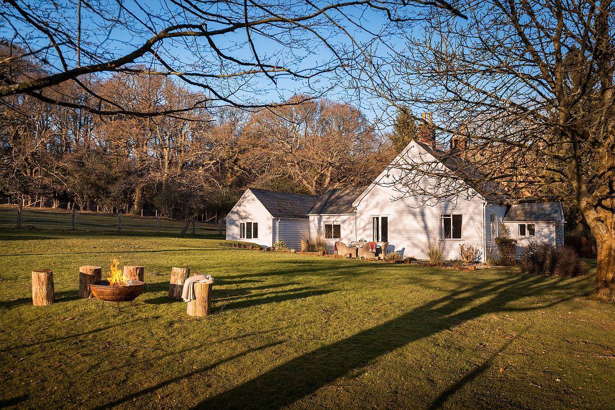 Proprietarii casei din lemn care măsoară circa 150 de mp la interior, și-au denumit casa The Cinders și acum face parte din portofoliul exclusivist al celor de la Unique Home Stays. Așa că dacă vrei să evadezi unde departe și într-un loc liniștit care să te inspire, cu siguranță acesta poate fi unul dintre ele.