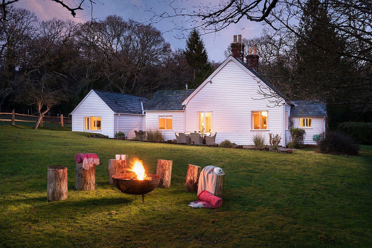 Pe timpul serii, o zonă de foc amenajată simplu, dar de efect în grădină este loc de relaxare și de contemplare a cerului, a pădurii, a liniștii.