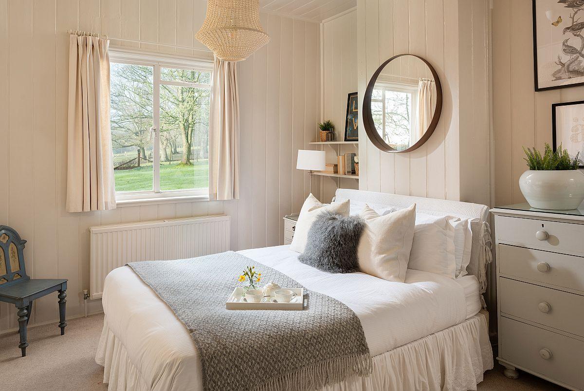 Patul orientat către ferestre te provoacă să te trezești dimineața în ritmul naturii. Lenjeria de pat albă, finisajele deschise, mobila în tonuri pastelate - toate sunt menite să-ți aducă o stare de bine. Oglinda de deasupr apatului reflectă lumina de pe ferestre și completează armonios spațiul.