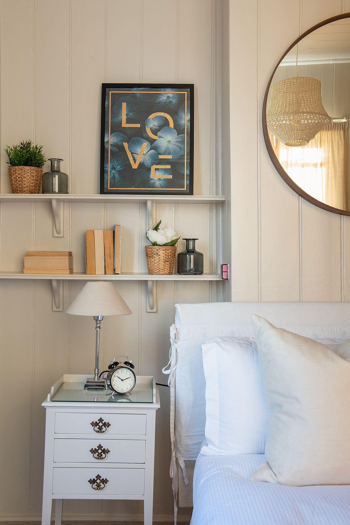 Dormitoarele au și ele detalii frumoase, fără a încărca spațiile. Deasupra noptierei un colț plăcut decorat conferă o stare de bine.