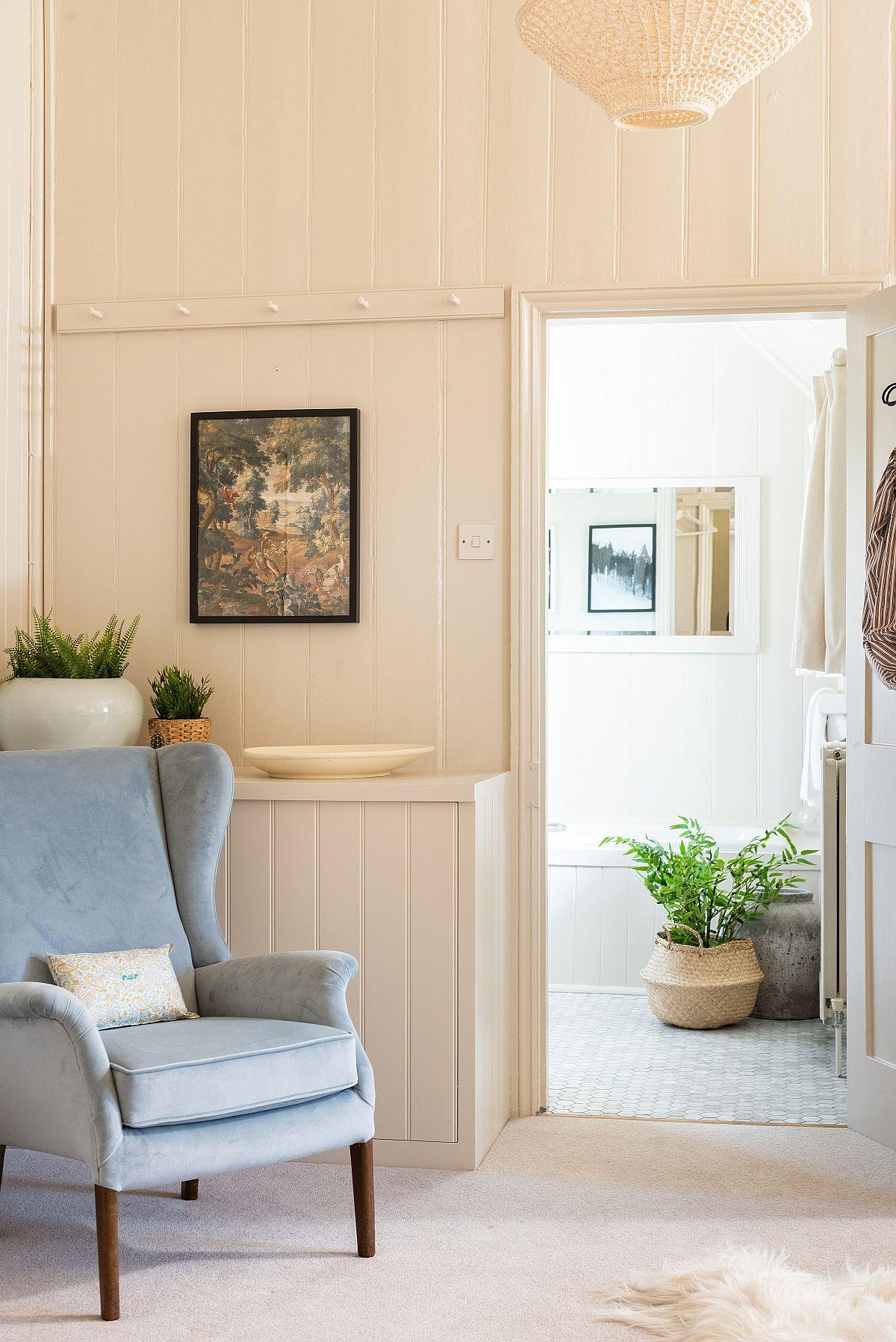 Dormitorul matirmonial beneficiază de propria baie. De remarcat faptul că pardoseala domritorului este îmbrăcată cu mochetă pentru mai mult confort. Nuanțele folositeîn camera de baie sunt similare dormitorului, continuând cromatica și stilul armonios al casei.
