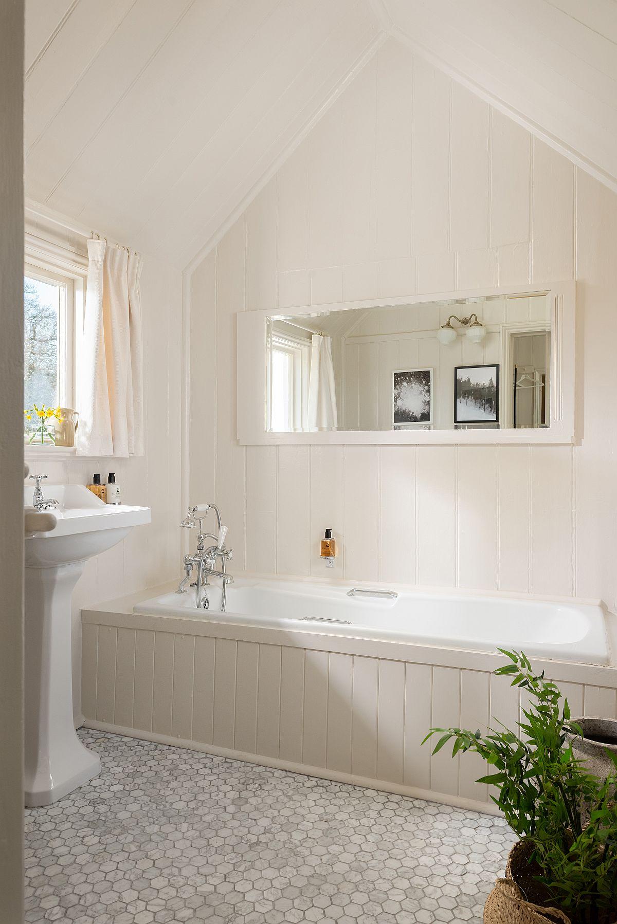 Te-ai fi gîndit la un lavoar în baie montat în fața ferestrei?