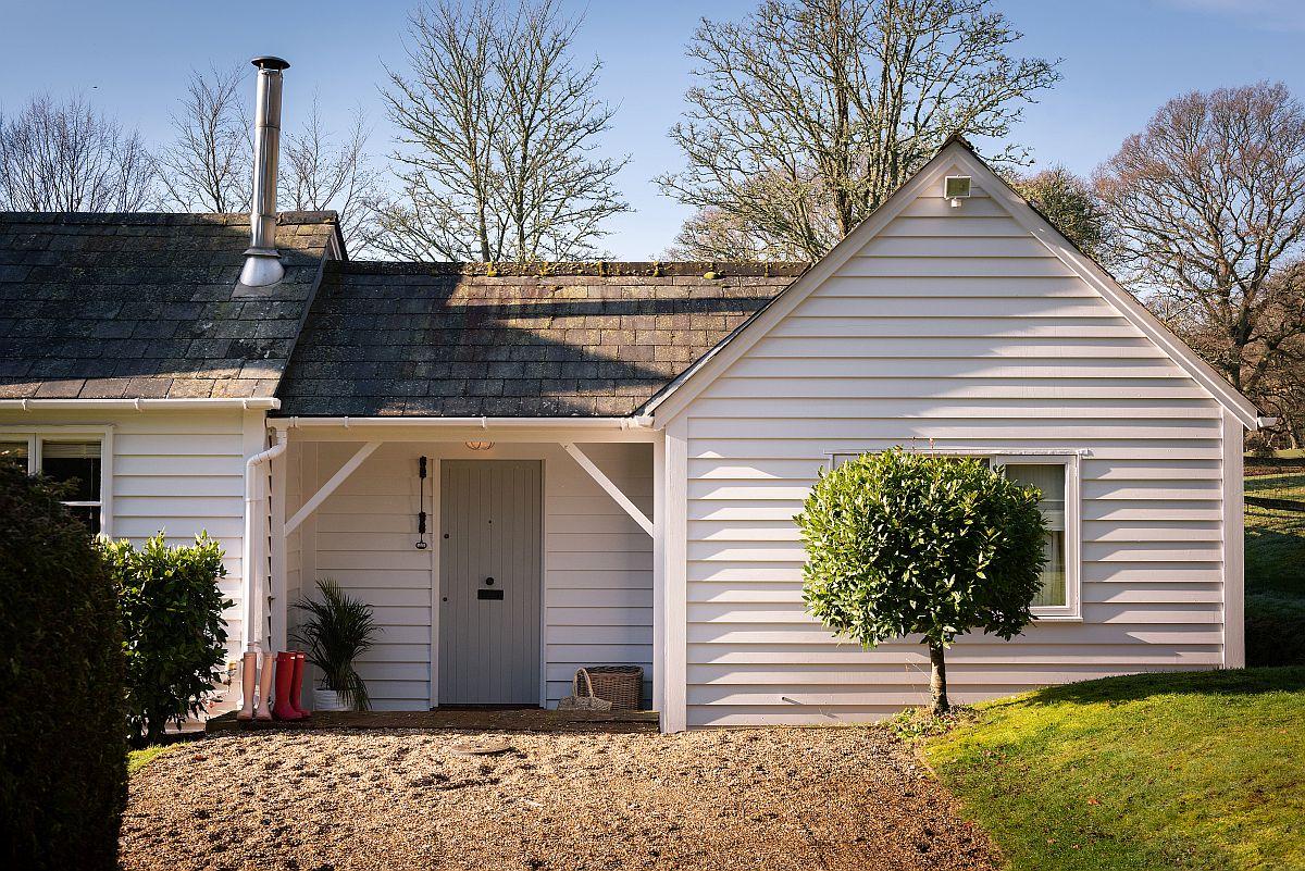La exterior casa din lemn este albă, simplă cu lambriuri de exterior și acoperiș din plăci de ardezie. O abordare ordonată, curată.