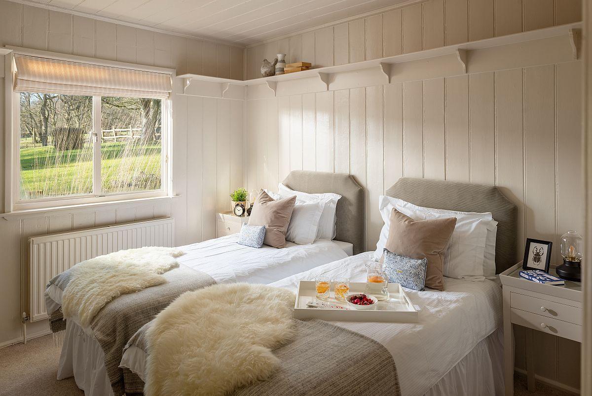 AL treilea dormitor este pentru copii și beneficiază de două paturi confortabile. Fereastra este și aici în centrul atenției, iar nuanțele folosite în amenajare sunt calme, deschise. Tapițeria gri a paturilor creează un contrast plăcut cu albul.