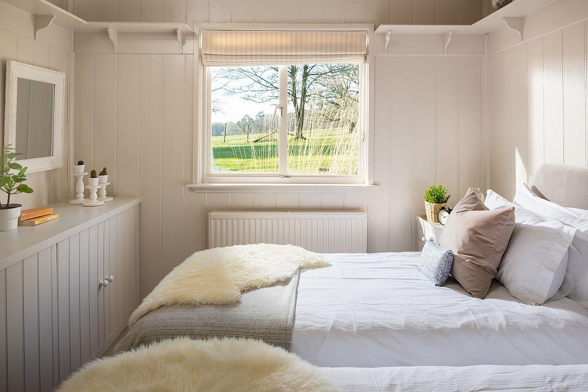 Rafturile de la nivel superior ordonează spațiul dormitorului copiilor.