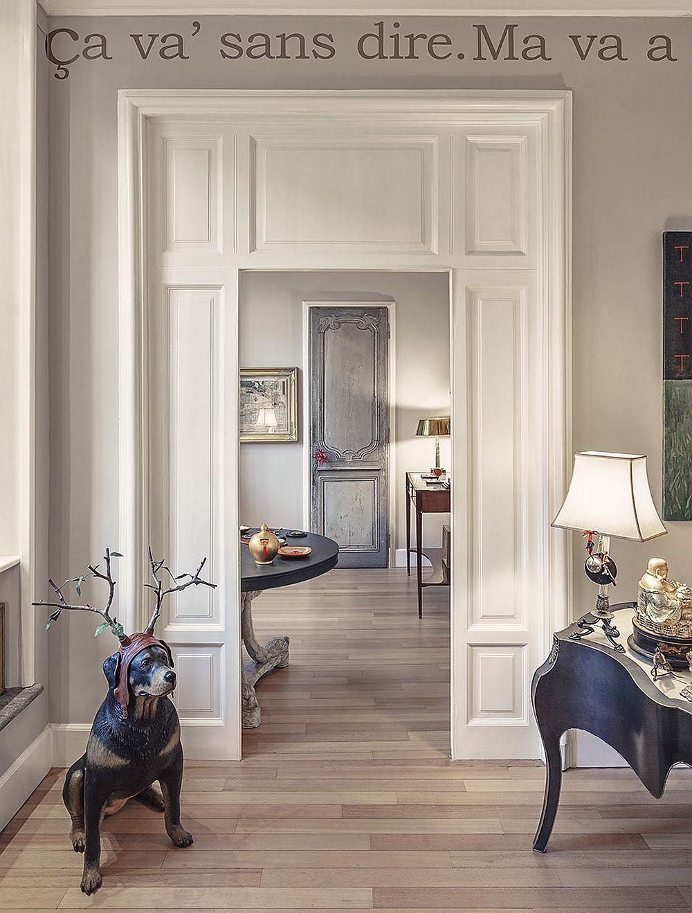Arhitectura apartamentului contează foarte mult pentru că spațiile bine luminate și înalte ajută pentru expunerea obiectelor. Însă și proprietarul a știut cum să le pună în valoare. Inclusiv tâmplăria este recondiționată aici în spiritul arhitecturii vechi a clădirii.
