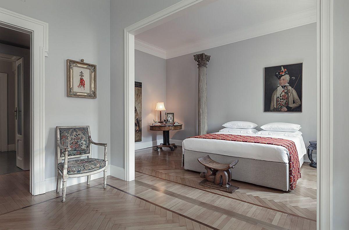Nici dormitoarele nu fac excepție de la regula casei: fără covoare. Mai mult spațiu pentru antichități, dar așezate aerisit pentru ca fiecare tablou, fiecare mică piesă de mobilier să fie bine conturată și nu sufocată în ambient.