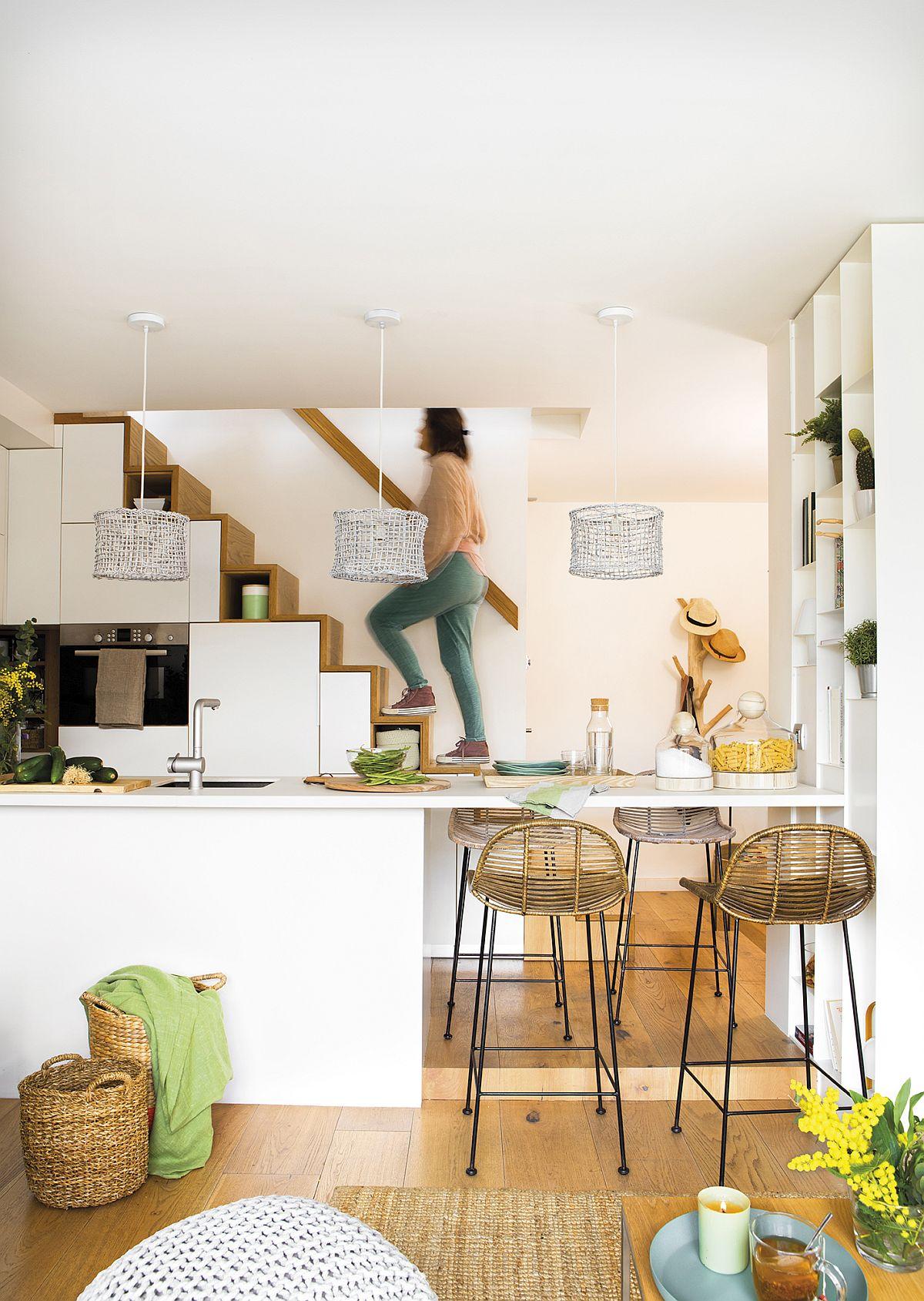 Accesul către etaj se face ușor, mâna curentă fiind poziționatp pe perete, iar către bucătărie spațiul a fost lăsat liber, fără balustradă.