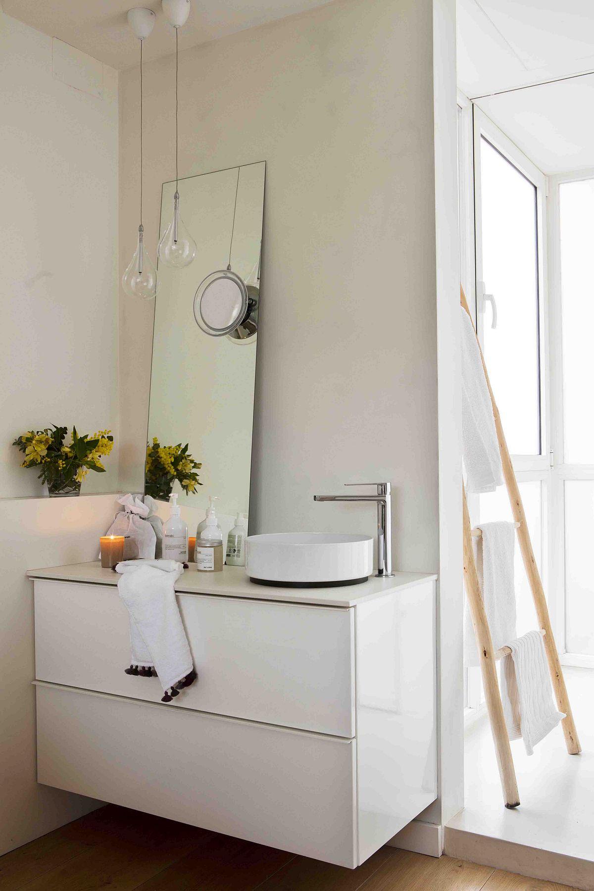 Pentru că este la vedere în dormitor, lavoarul a fost ales de dimensiuni mici, iar ansamblul cât mai discret amenajat, cu o oglindă pusă în lateral pentru a păcali vizual.