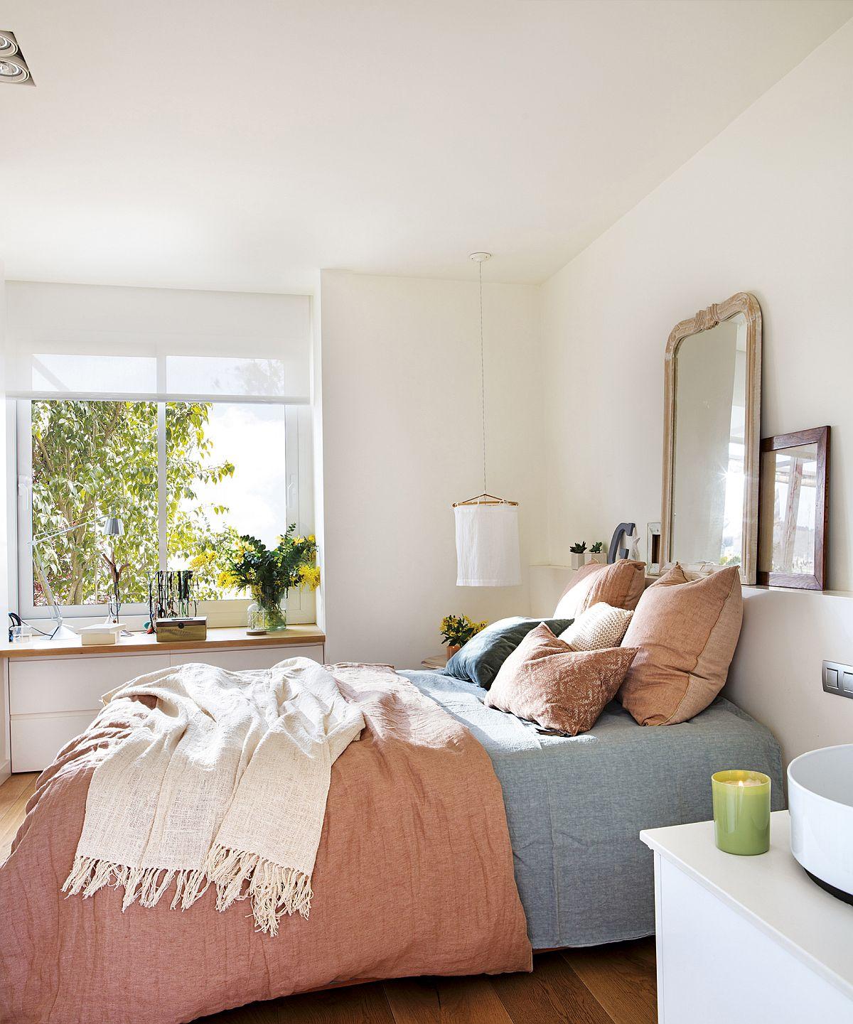 Sub fereastra dormitorului a fost prevăzut un corp de mobilier cu sertare care suplinește comoda.