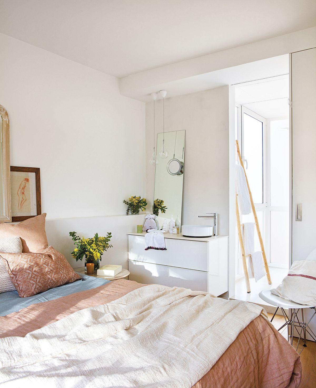 În dormitor se ajunge printr-un mic culoare aflat între duș și toaletă. În camera de odihnă este prezent locul de lavoar pentru ca spațiul a fost modificat în urma mutării scării interioare, iar această varianta a fost optimă pentru a câștiga mai mult loc, inclusiv pentur un dulap situat de partea opusă lavoarului.