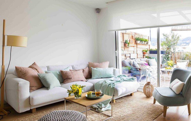 După mutarea scării interioare spațiul camerei este mult mai aerisit și amenajat simplu pentru a pune în evidență ferestrele generoase prin care se vede terasa. Astfel, încăperea pare mult mai spațioasă și senzația creată este cea de prelungire a spațiului interior către exterior. Dacă terasa este aglomerată cu paravane și plante, interiorul este tratat simplu pentru a echilibra ansamblul general.