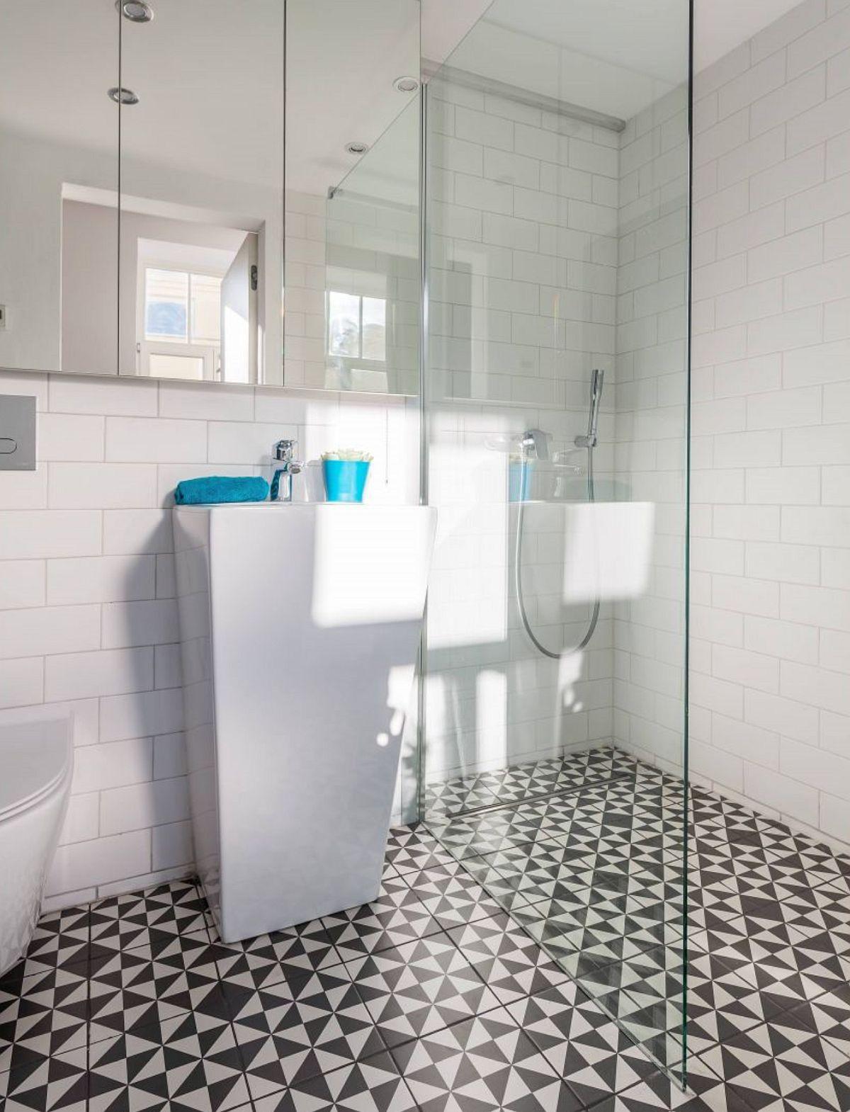 Baia este amenajată actual, cu piese absolut necesare, iar pardoseala a fot făcută pentru a permite montarea unei rigole în zona de duș.