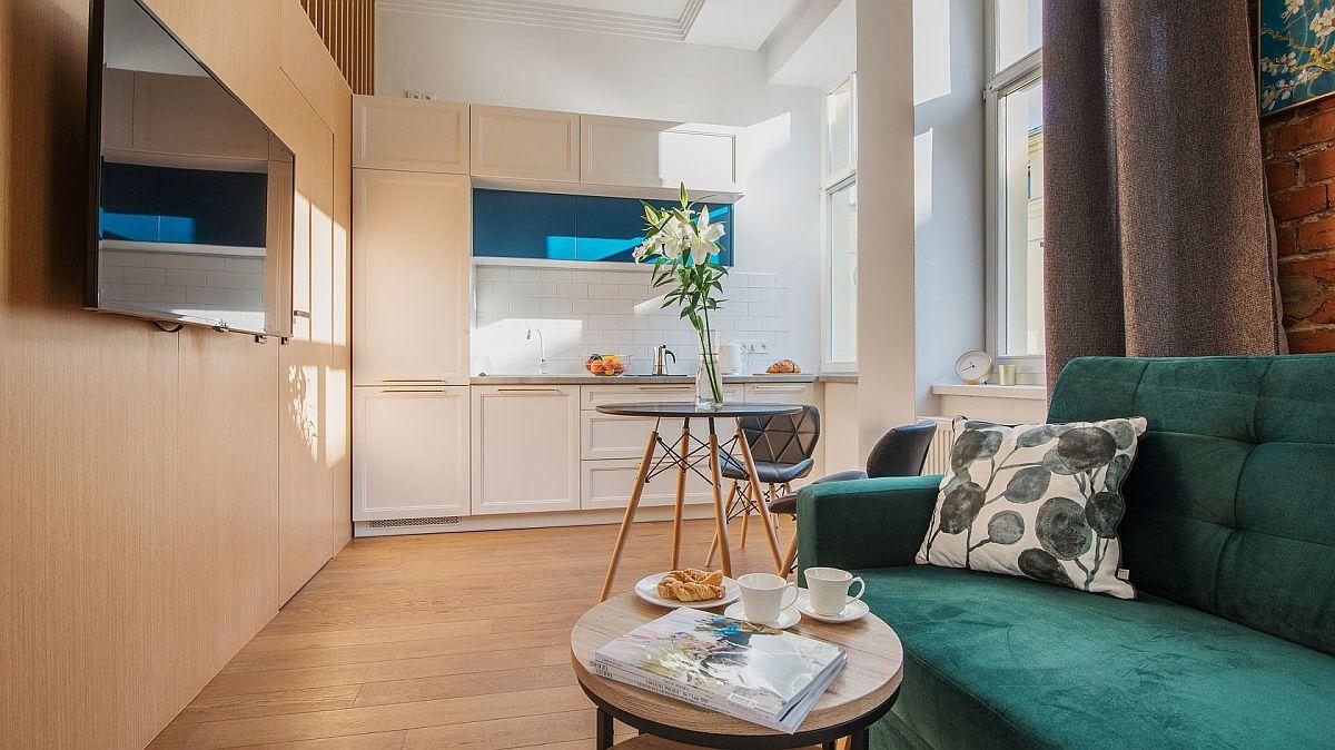 Bucătăria este configurată pe lățimea camerei (2,60 metri liniari) și este dotată cu electrocasnice încorporate.