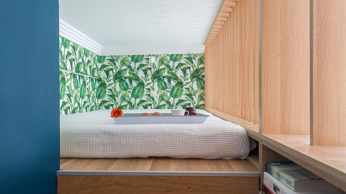 În lateralul scării de acces către dormitor, arhitecții au prevăzut rafturi pentru cărți. Practic s-au folosit de fiecare centimetru pătrat disponibil.
