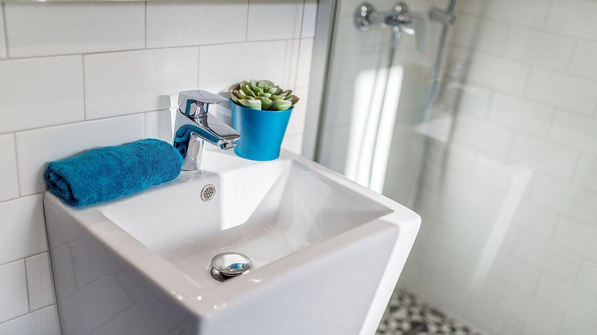 Lavoarul montat în baie este unul cu design actual, forma lui fiind potrivită pentru spații mici, dar dezavantajul este că nu oferă prea mult spațiu de depozitare. Fiind însă o locuință de închiriat în regim hotelier este exact ce trebuie.