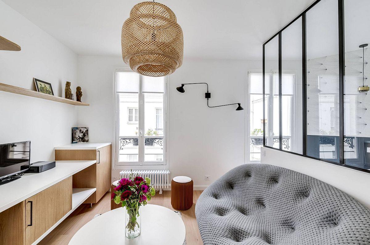 Pentru a oferi suficiente locuri de ședere, pe lângă canapea există taburete, piese mici versatile care pot fi folosite la nevoie și pe post de noptiere.