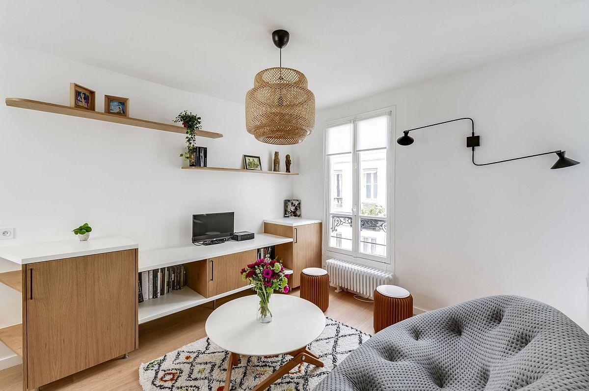 Măsuța rotundă din cameră este una care poate fi transformată într-una de tip bistro, deci poate fi folosită la nevoie ca loc de luat masa.