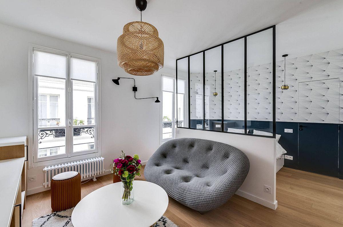 Arhitectele au prevăzut o separare între funcțiuni cu un parapet simplu ce sprijină un paravn de sticlă cu lățimea de 2 metri, suficient să ascundă patul lat de 140 cm, dar și să ofere un fundal neutru pentru canapeaua de două locuri.