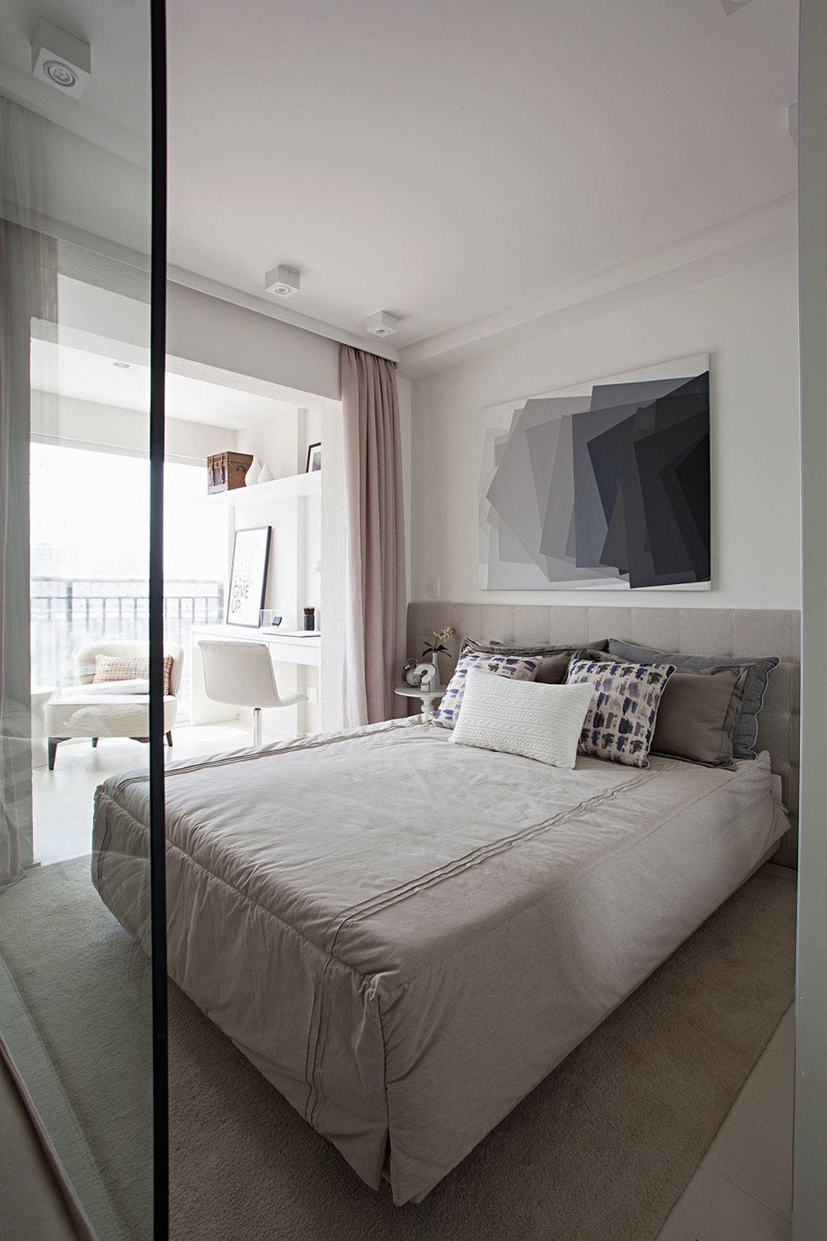 Zona de pat este gândită sp fie confortabilă și cu loc pe lîngă pat de jur împrejurul acestuia. Un tablou bine ales atrage privirea.