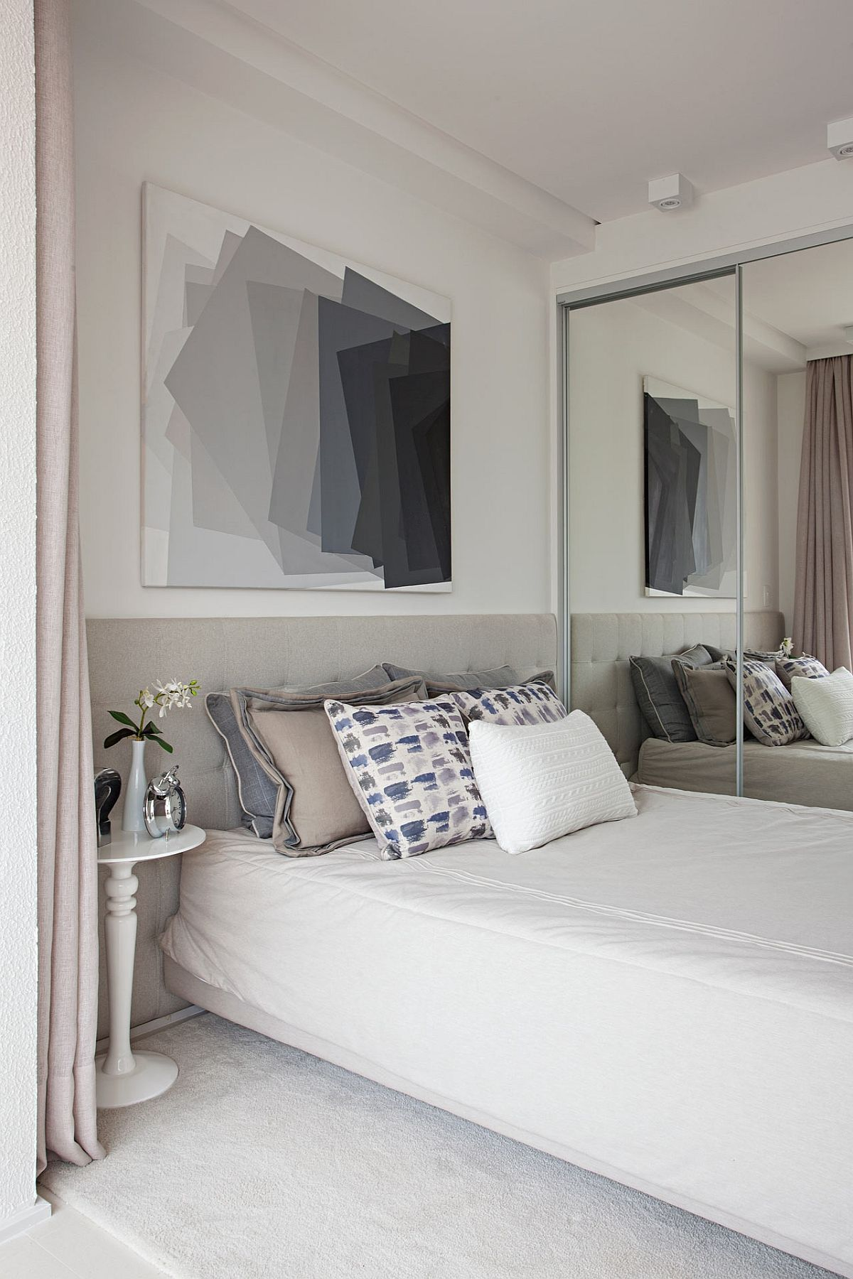 Spațiul de depozitare este configurat sub forma unui dulap cu uși culisante, toate fețele fiind îmbrăcate cu oglinzi.