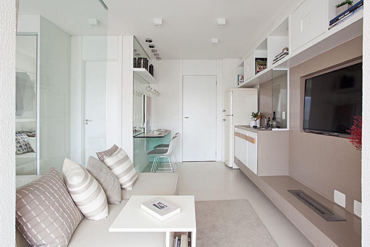 Baia se află la granița dintre dormitor și living, fiind singura cameră delimitată cu ușă interioară.