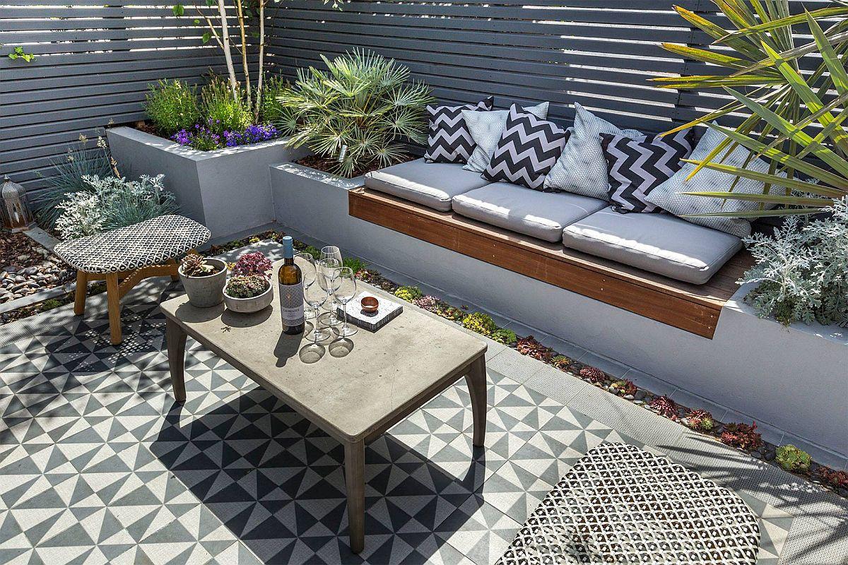Pe o latură a grădinii, în continuarea jardinierelor este prevăzută și o bancă de ședere. Câteva perne transformă spațiul exterior într-un confortabil loc de contemplare, lectură sau socializare.