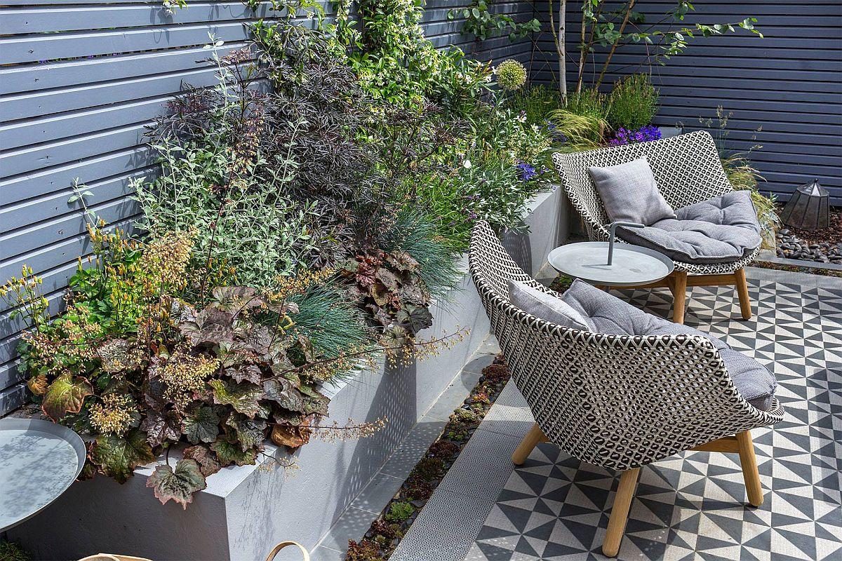 De jur împrejurul gardului au fost create jardiniere. Aceste sunt construite și hidroizolate cu sistem de irigare și drenaj prevăzute la interior, astfel ca apa să nu lipsească, dar să nici nu stagneze. Prin jardinere, vegetația este prezentă la o înălțime sesizabilă ochiului, ocupând frumos spațiul mic disponibil.