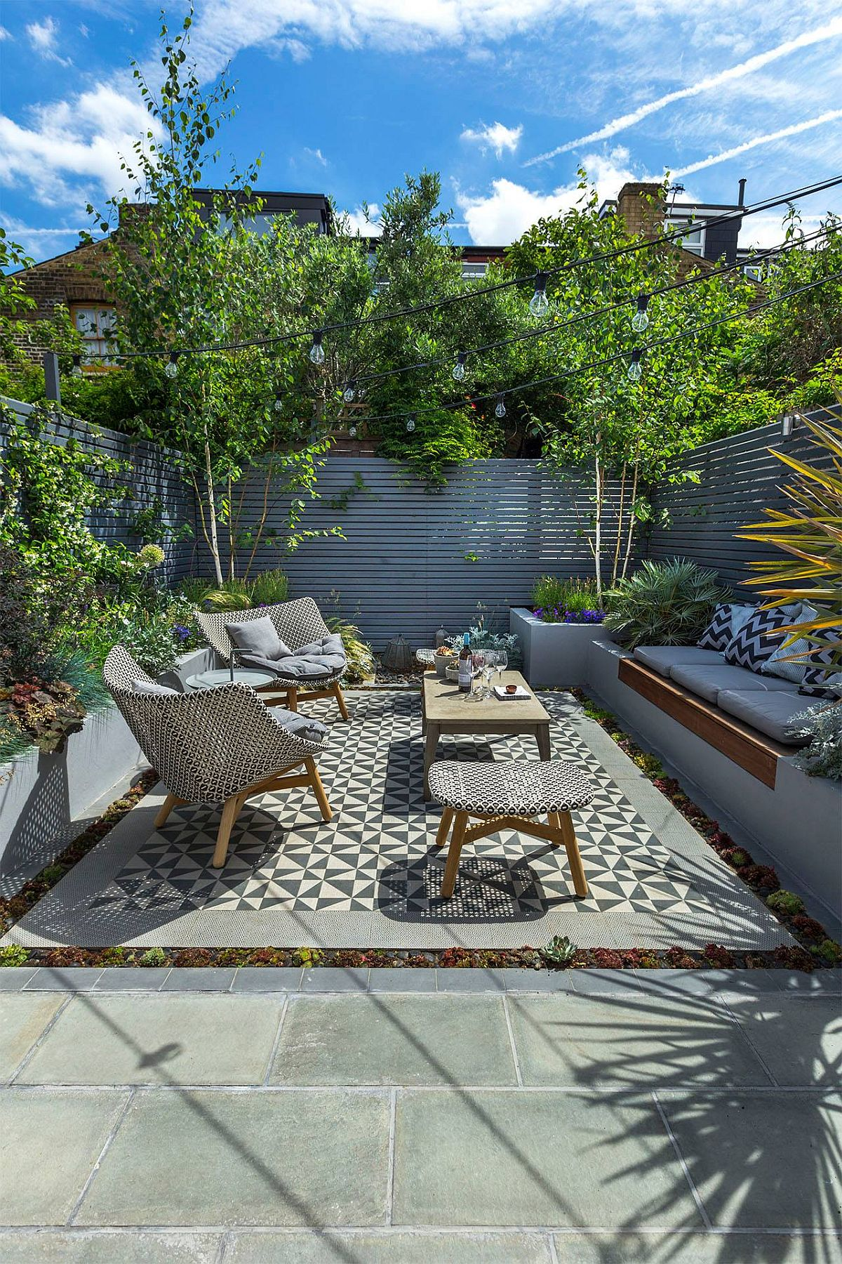 Pentru a crea mai multe nivelul la care să fie prezente plantele, peisagiștii au avut în vedere construcția de jardiniere pe laturile curții, iar pentru a modifica puțin perspectiva, pe lățimea spațiului, între jarniere, plantele sunt prezente la nivelul solului. Specialiștii au avut în vedere atunci când au amenajat grădina și vegetația deja existentă din zonă, de la vecini.