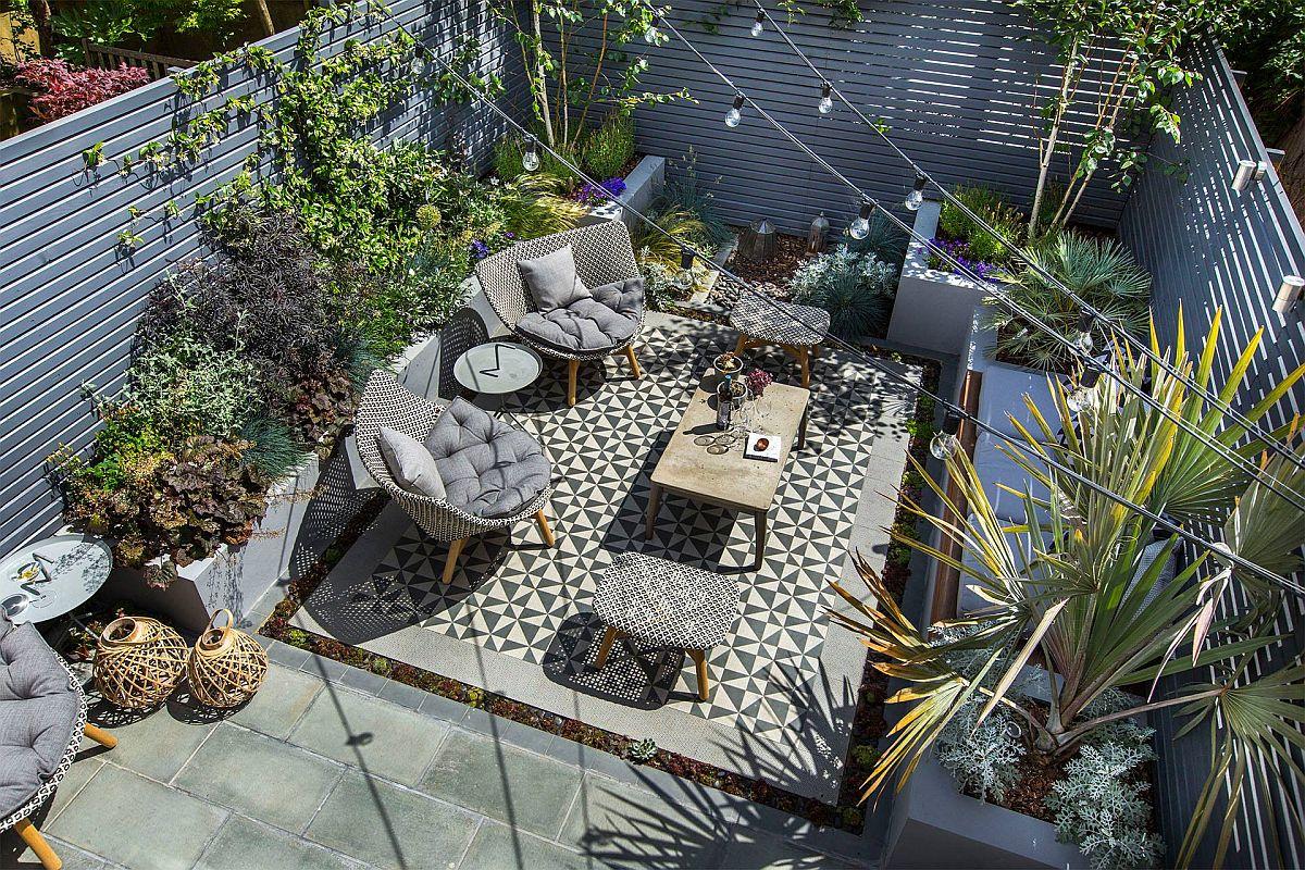 Iluminatul contează enorm într-o grădină, de aceea este bine să fie prevăzut încă din faza de proiect, astfel ca alimentarea surselor să fie sigură, dar și din punct de vedere estetic cablurile să fie cât mai bine ascunse sau poziționate. În grădina de față, peisagiștii au avut în vedere atît un iluminat general decorativ cu ghirlande, cât și iluminat punctat pe zonele din jardiniere.