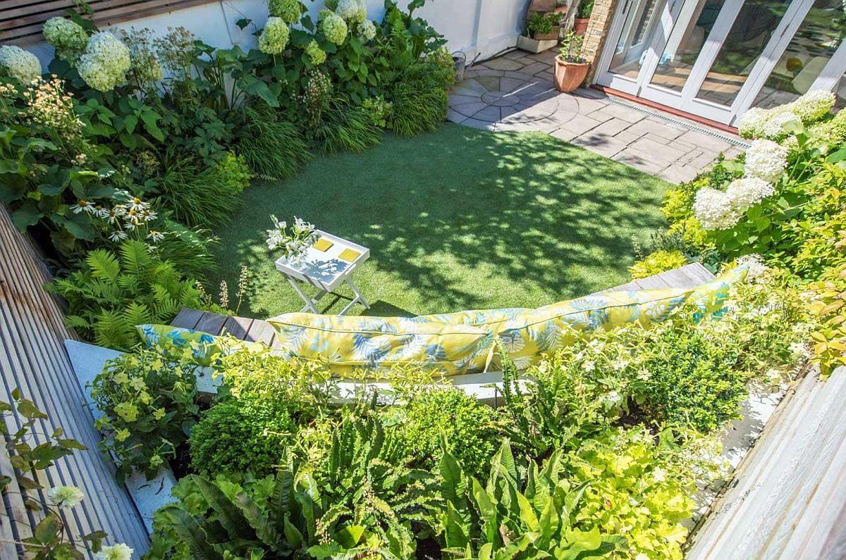 Din toate unghiurile grădina se oferă privirii colțuri plăcute, cu plante frumoase.