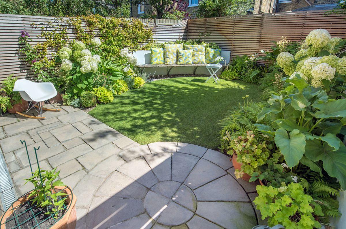 Pentru a păcăli perspectiva asupra dimensiunilor mici ale grădinii, pavajul are o zonă circulară, iar în diagonală față de acest covor de pavaj pe rotund este situată bancheta, gândită în raza extinsă a cercului de la nivelul dalelor.