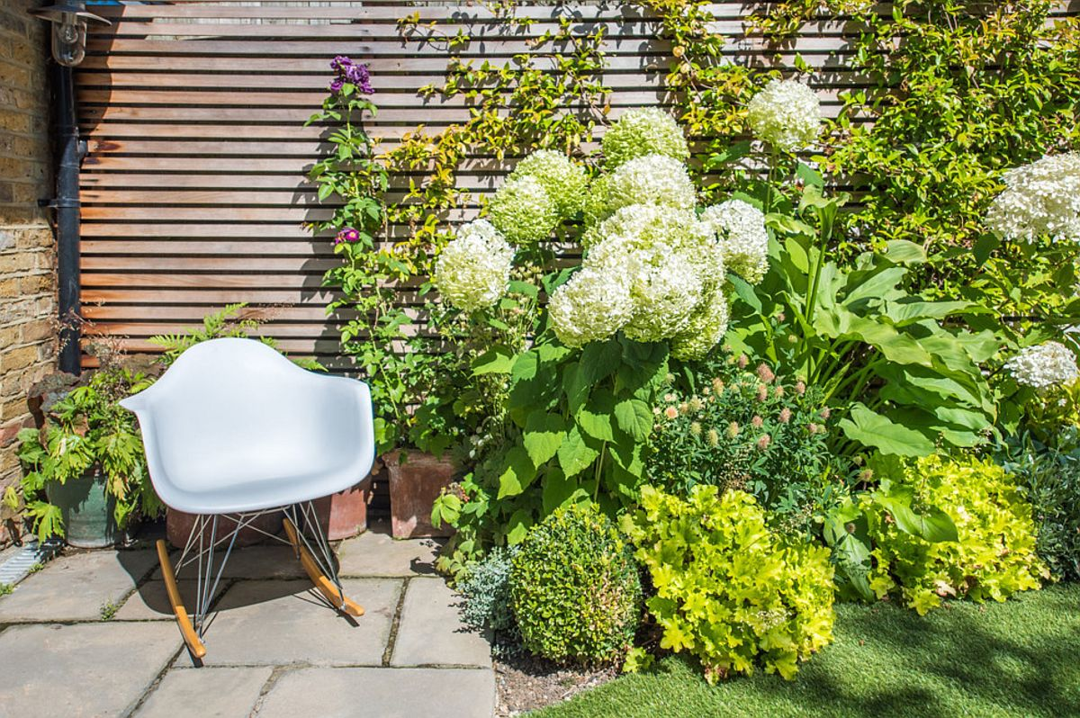 Foarte mulți oameni se gândesc să-și delimiteze grădina cu ziduri pline, înalte, dar o grădină sănătoasă este una care este ventilată. De aceea peisagiștii au prevăzut aici un gard din lemn de cedru, prin riflajele căruia vântul poate pătrunde și ventila solul.