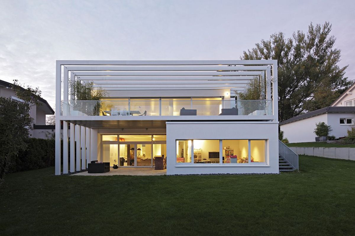O casă spectaculoasă, dar a cărei arhitectură se înțelege mult mai bine prin comparația cu situația inițială. Locuința nu ar fi ieșit la fel de senzațional dacă proprietarii și-ar fi dat cu părerea. Ei s-au lăsat ghidați de către arhitect și au avut răbdare pe parcursul proiectării pentru a înțelege mai bine conceptul adaptat stilului lor de viață. Au înțeles și faptul că distribuția funcțiunilor cu dormitoare la demisol și zona de zi la parterul cu terasă este mai logic și mai eficient pentru traiul de zi cu zi. Pe scurt, când apelezi la un birou de arhitectură trebuie să ai încredere că arhitecții se gândesc la toate aspectele atât cele privind stilul de viață, cât și coerența stilistică a construcției.