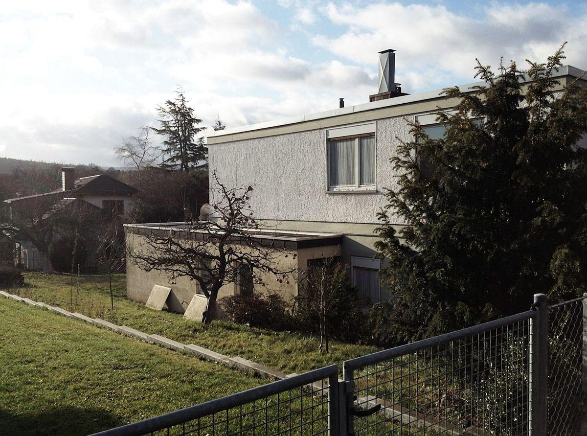 Înainte de renovare Fațada laterală a casei, din stânga accesul dinspre stradă avea inițial un volum ce include o altă intrare în casă.