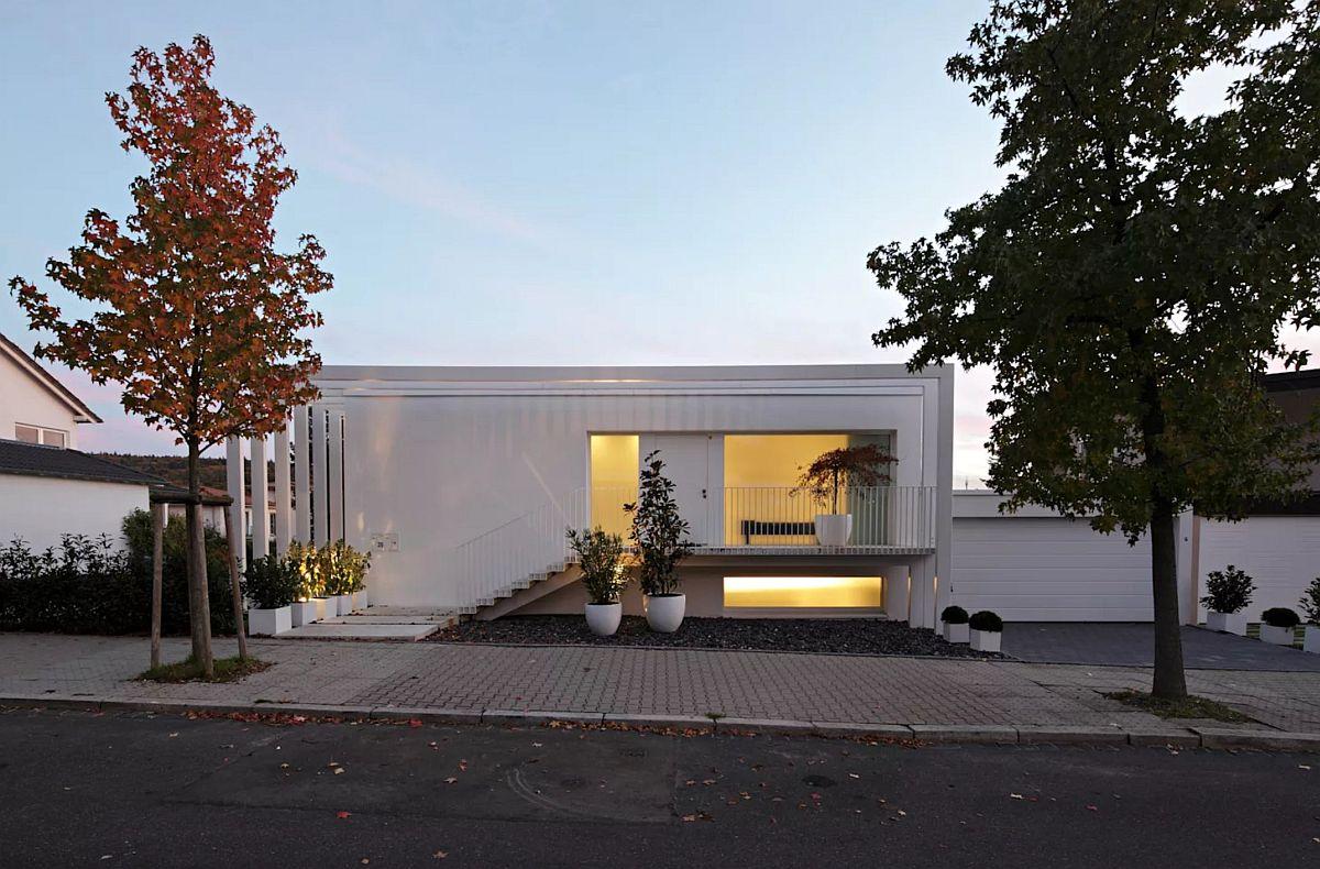 Pe timpul serii casa arată și mai spectaculos lumina de la interior punând în evidență arhiectura casei.