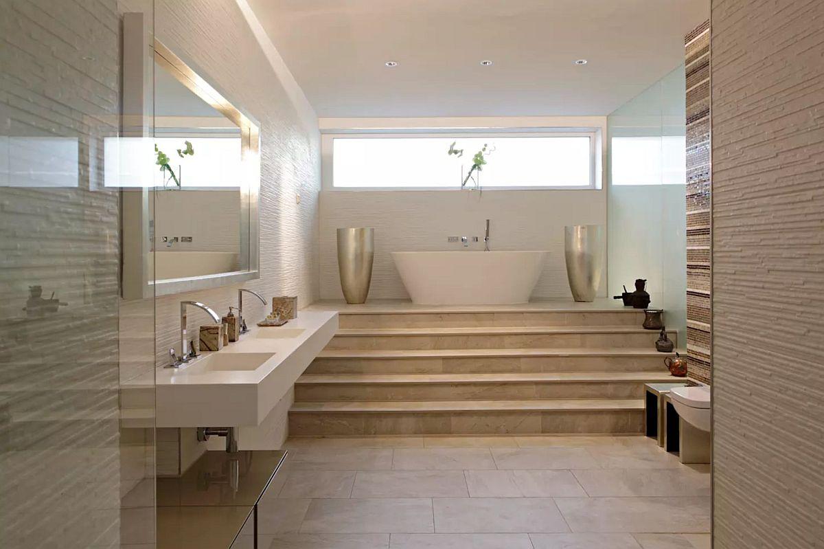 Baia de la demisol este spectaculoasă. Pentru ca lumina naturală să fie mai aproape de nivelul căzii, obiectul sanitar a fost poziționat la înălțime, diferența de nivel fiind rezolvată printr-o scară.