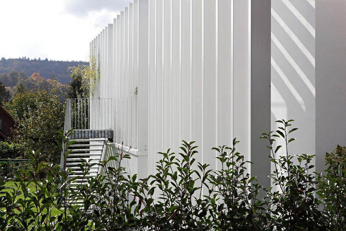 Arhitecții au găsit o soluție de efect, dar și una controlabilă din punct de vedere financiar prin adăugarea elementelor de metal, care au mărit suprafațele casei prin terase, dar fără a depăși amprenta la sol a construcției. De asemenea, ei susțin că elementele metalice au fost cea mai optimă variantă calitate -preț pentru a asigura o volumetrie coerentă, dar și reale beneficii pentru stilul de viață al proprietarilor.