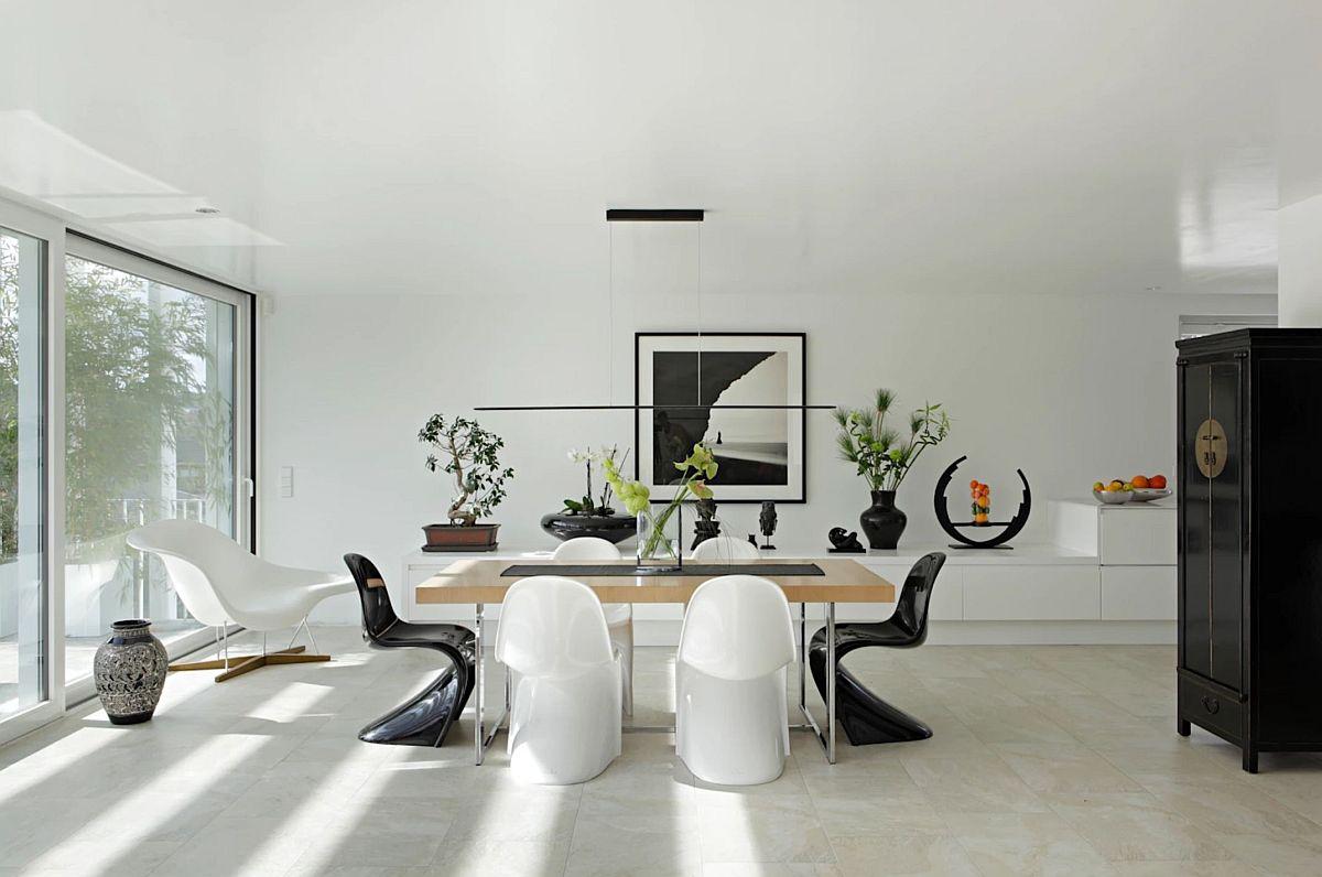 Zona sufrageriei este tratată în spitirul minimalist al casei și beneficiază de lumină naturală din plin. Efectul pergolei metalice ce îmbracă toată construcția se simte și la interior prin jocul de lumini și umbre.