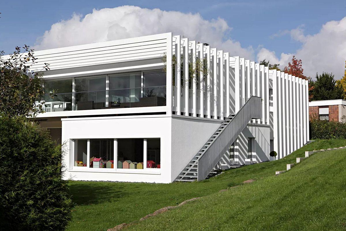 Prin amplasarea unei scări exterioare arhitecții au asigurat independența în folosirea nivelurilor casei, astfel ca suprafața generoasă a locuinței să poată fi folosită fără a tranzita mereu interiorul pentru a ajunge în grădină.
