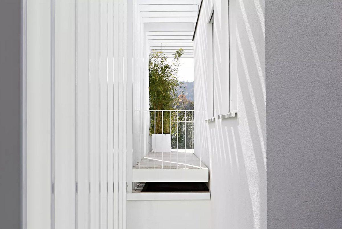 Vedere dinspre stradă către terasa fațadei laterale (stânga), terasă deasupra volumului existent la parter.