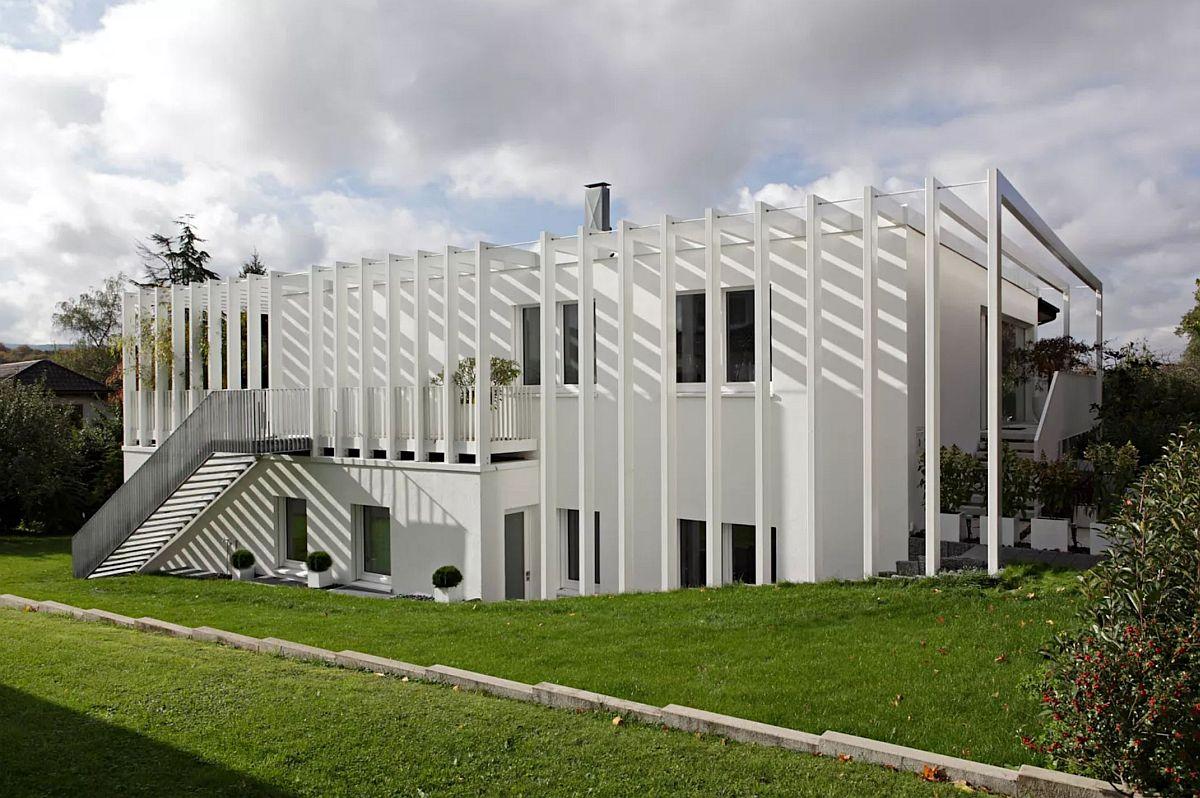 După renovare. Fațada laterală a casei încorporează prin structura metalică și volumul inițial.
