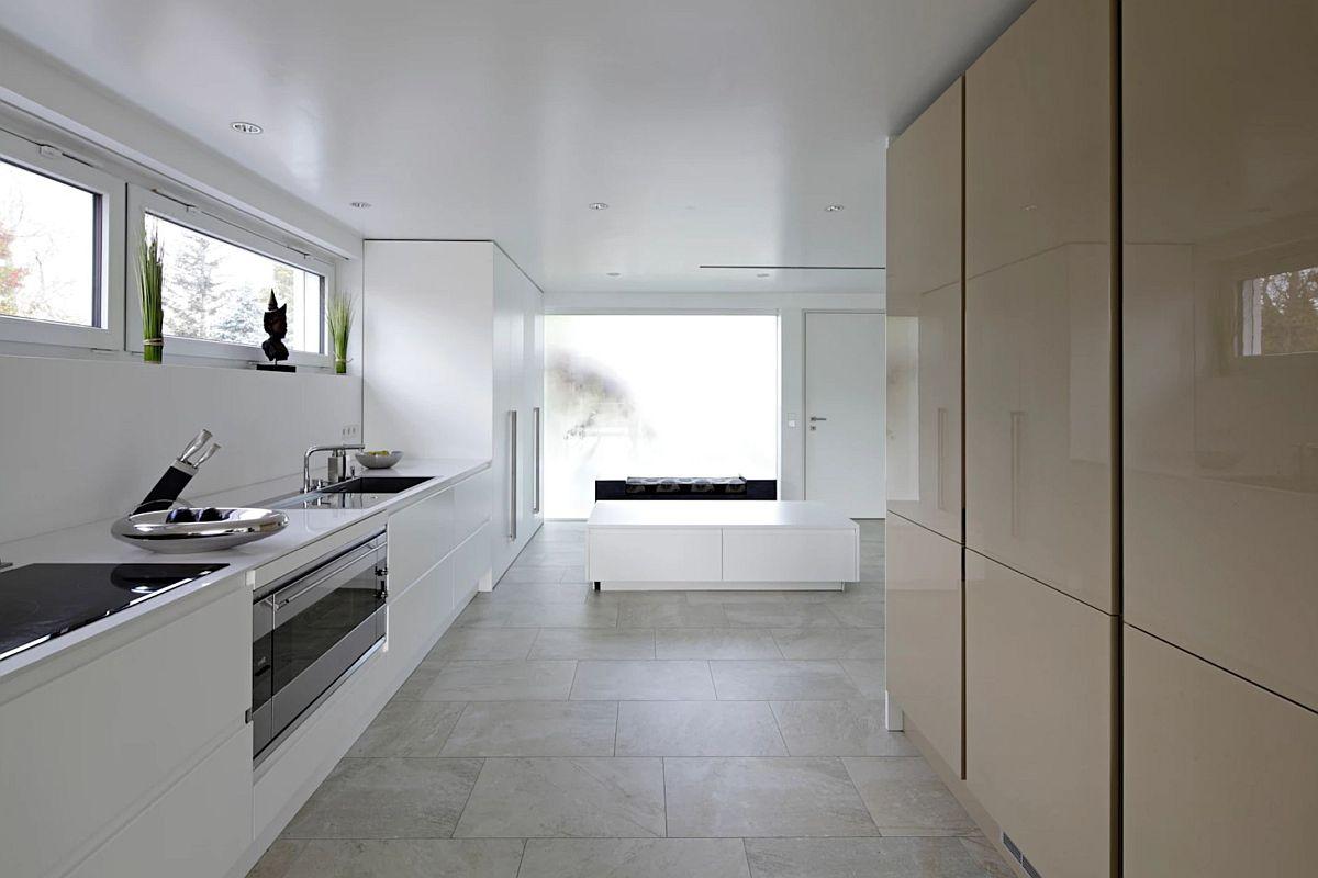 Zonele de depozitare și pentru frigider din bucătărie sunt ascunse în dulapuri generoase situate paralel cu frontul de lucru din bucătărie.