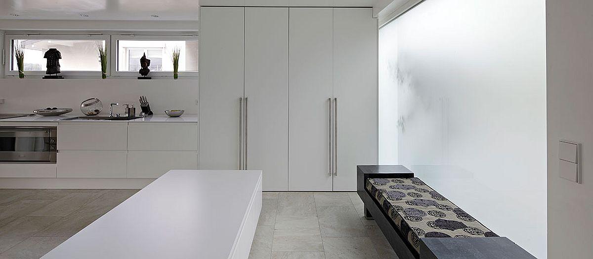 Bucătăria este tratată minimalist, fără corpuri suspendate.